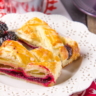 All the flavours of a Blackberry Pie, sandwiched between flaky, golden puff pastry. This easy braid comes together in next to no time and is ready to eat in under 45 minutes. Fruity, crunchy and simple, this braid is pure fruit filled, pastry perfection!